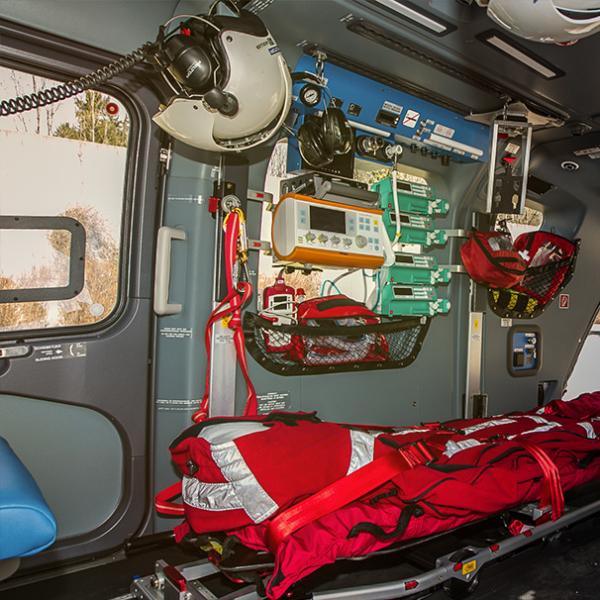 Medizinische Ausstattung im Hubschrauber der ADAC Luftrettung