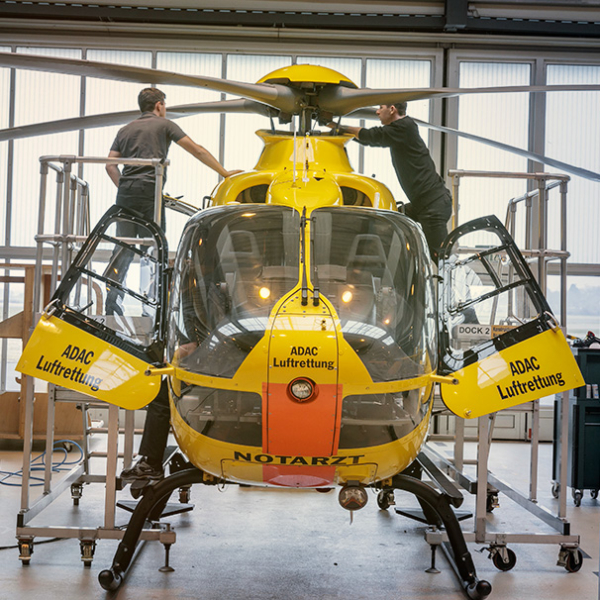 Wartung eines Hubschraubers der ADAC Luftrettung